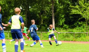 Jeunes garçons jouant au football à Montfermeil