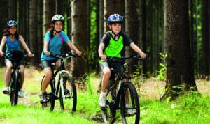 Famille faisant une ballade à vélo dans les bois